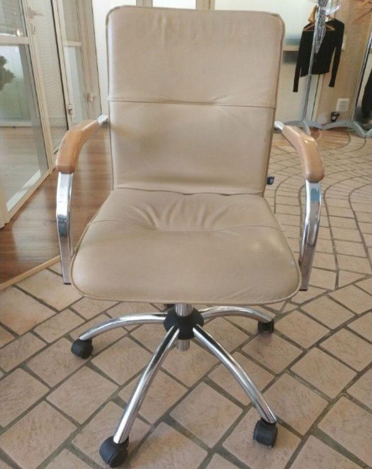 кресло офисное светлое на колесах