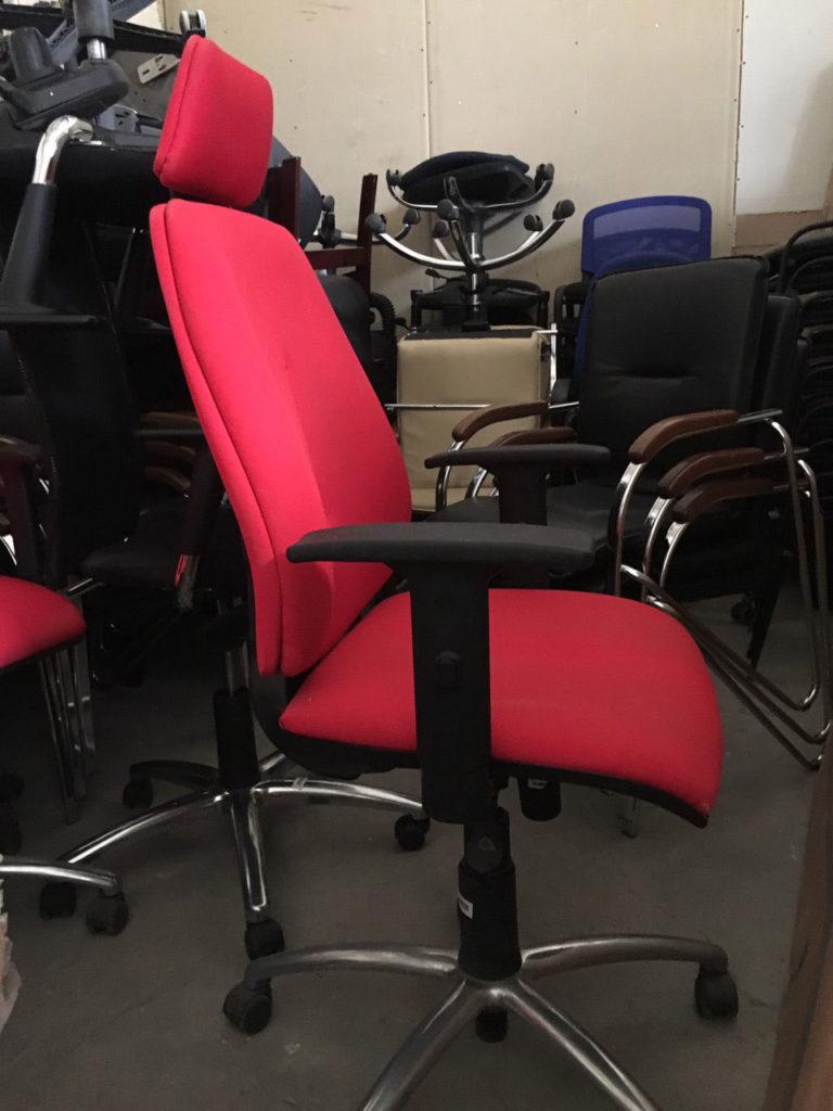 кресло красное на колесах