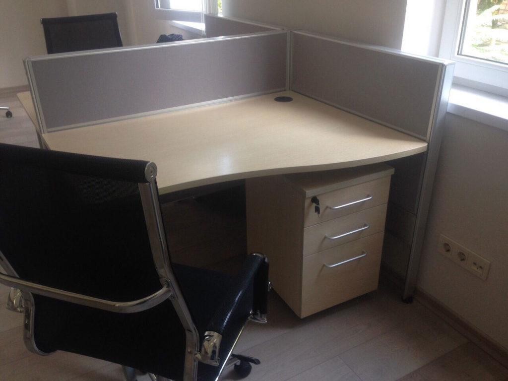 стол с тумбой офисные