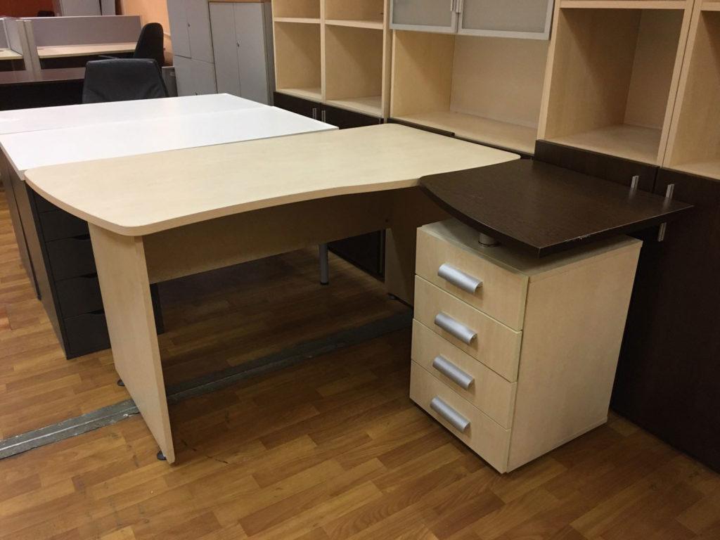 комфортабельный стол офисный бу с тумбочкой